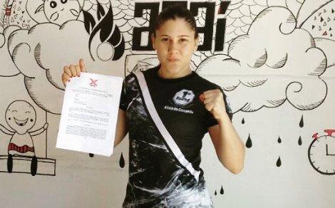 Lutadora exibe contrato assinado com o XFCi. Foto: Arquivo Pessoal