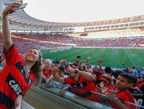 Ronda bate selfie com torcedores flamenguistas | Foto: Staff Imagens/Divulgação