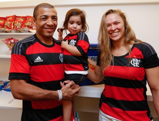 Ronda posa com José Aldo e a filha do brasileiro | Foto: Staff Imagens/Divulgação