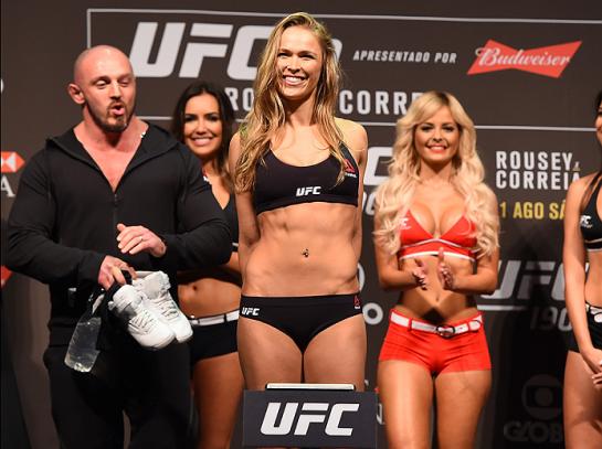 Ronda abre o sorriso na pesagem   Foto: UFC/Divulgação