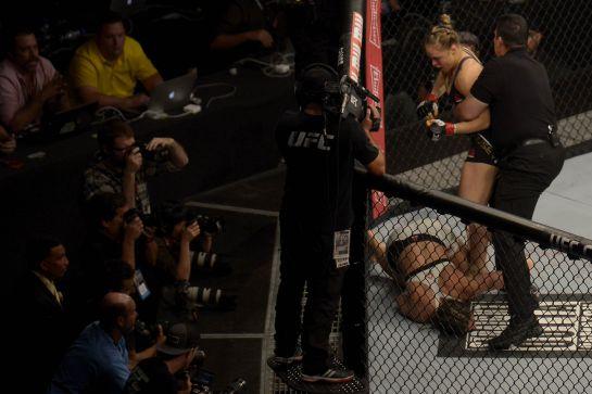 Após golpe certeiro, Bethe cai nocauteada   Daniel Ramalho/inovafoto