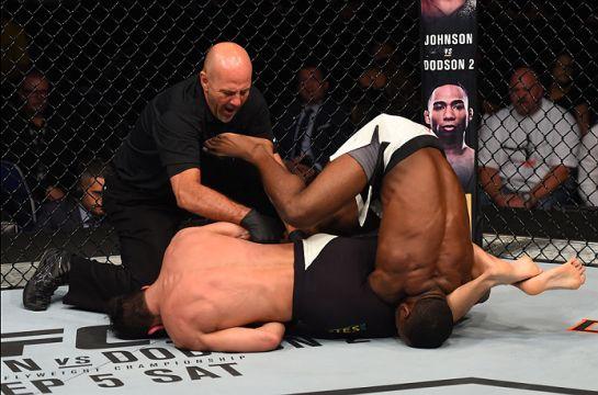 Momento em que brasileiro finalizou o oponente | Foto: UFC/Divulgação
