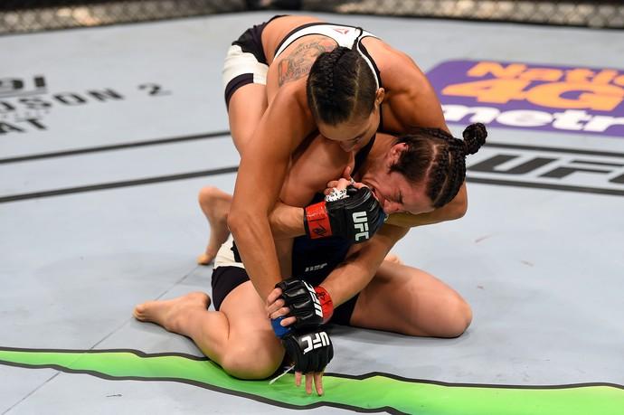 Amanda mostrou sua técnica no chão. Foto: UFC/Divulgação