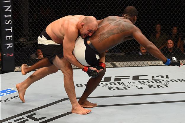 Glover mostrou supremacia nas quedas. Foto: UFC/Divulgação