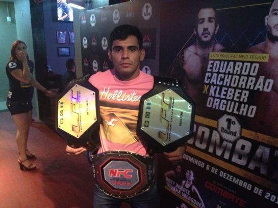 Amaury Junir posa com cinturões do LFC e do NFC   Foto: Lucas Mota