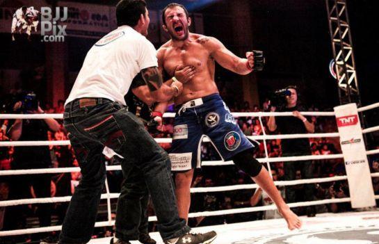 Cachorrão conquistou o cinturão meio-pesado do Shooto | Foto: BJJ Pix