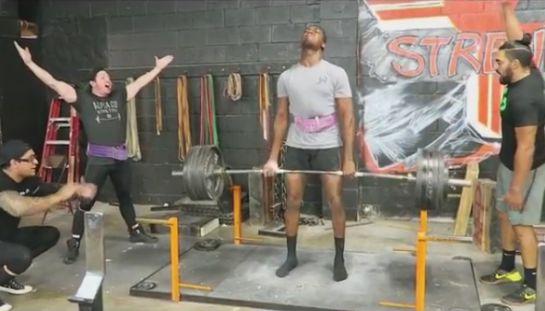 Jones levantando 247 kg   Foto: reprodução