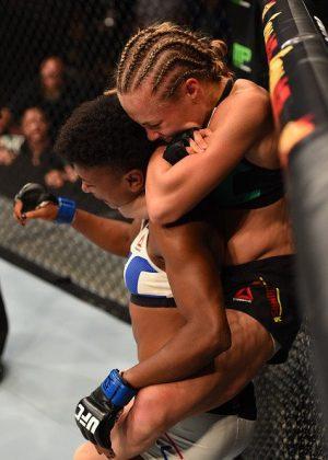 Namajunas encaixou um mata-leão | Foto: UFC/Divulgação