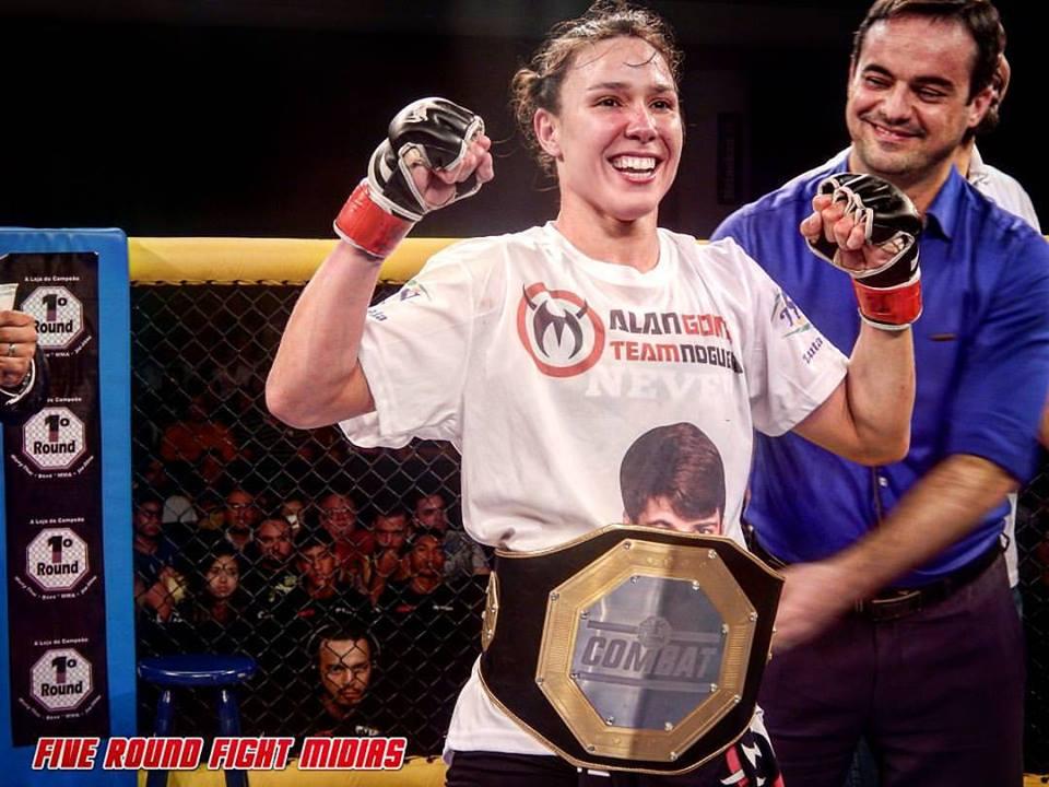 Juliana Velasquez venceu por nocaute e faturou um dos dois cinturões em disputa da noite. Foto: Five Round