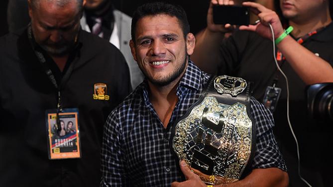 Dos Anjos conquistou o cinturão após vencer Anthony Pettis. Foto: UFC/Divulgação