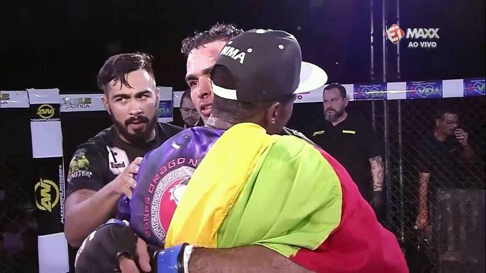 Iamik cumprimenta Cláudio após o combate. Fotos: Facebook/Reprodução