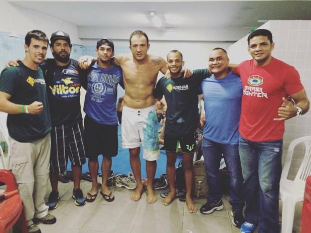 Abraçados ao centro, Cachorrão e Michael William com suas equipes em Recife. Foto: Arquivo Pessoal
