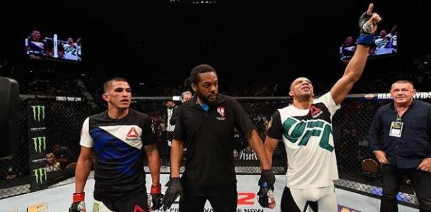 Barboza mostrou a força de seu muay thai. Foto: UFC/Divulgação