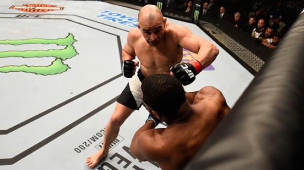 Glover resolveu o combate em menos de dois minutos. Foto: UFC/Divulgação