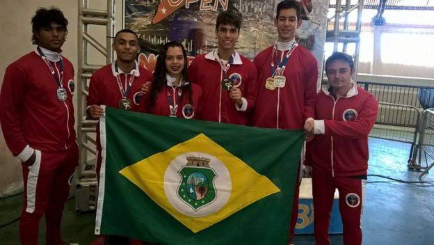 Atletas cearenses e o técnico Fábio Almeida (o último, á direita). Foto: Divulgação
