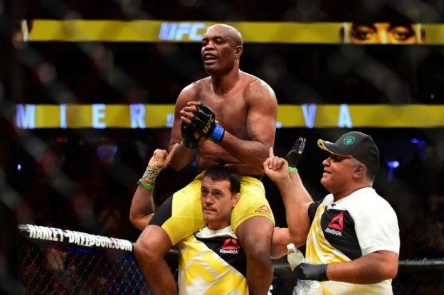 Após a luta, Anderson é carregado por seu treinador, enquanto recebia os aplausos do público. Foto: UFC/Divulgação