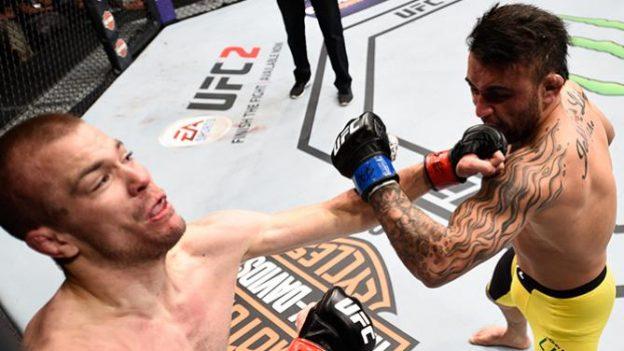 Lineker encurralou o adversário próximo da grade. Foto: UFC/Divulgação