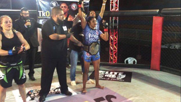 Em sua última luta, em agosto, Sucuri venceu Carolina Karesec e faturou o cinturão do Aspera FC. Foto: Arquivo Pessoal