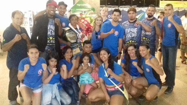 Equipe de Sucuri fez festa na chegada da campeã, no aeroporto. Foto: Bruno Balacó/O POVO