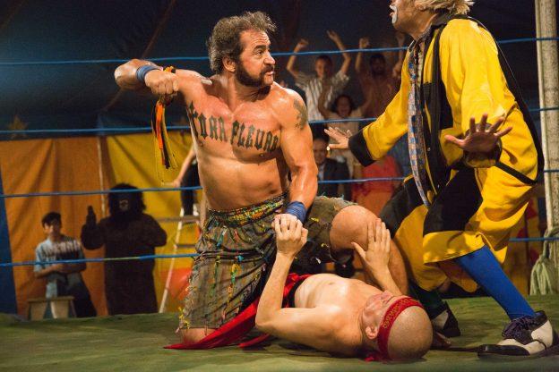 Tirulipa, que interpreta um palhaço que atua como árbitro da luta, é um dos destaques da trama.