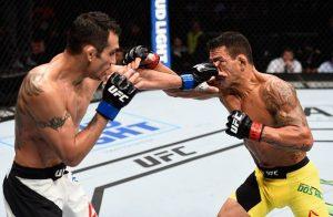 Momento em que Rafael é atingido por dedo no olho. Foto: UFC/Divulgação