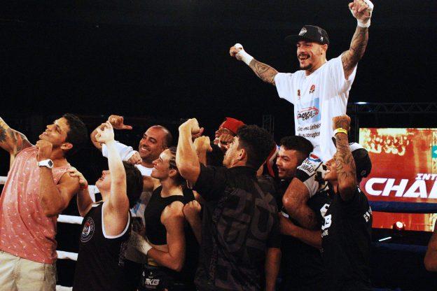 Falcão é reverenciado após a vitória. Fotos: Luan Alexandre/Interação Esportes