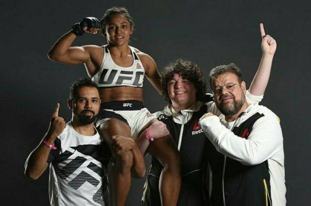 Sucuri celebrando a vitória ao lado de sua equipe. Foto: UFC/Divulgação