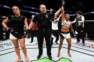 Sucuri vibrou bastante com o resultado da luta. Foto: UFC/Divulgação