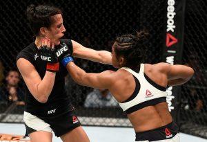 Um dos bons golpes conectados pela cearense no combate. Foto: UFC/Divulgação