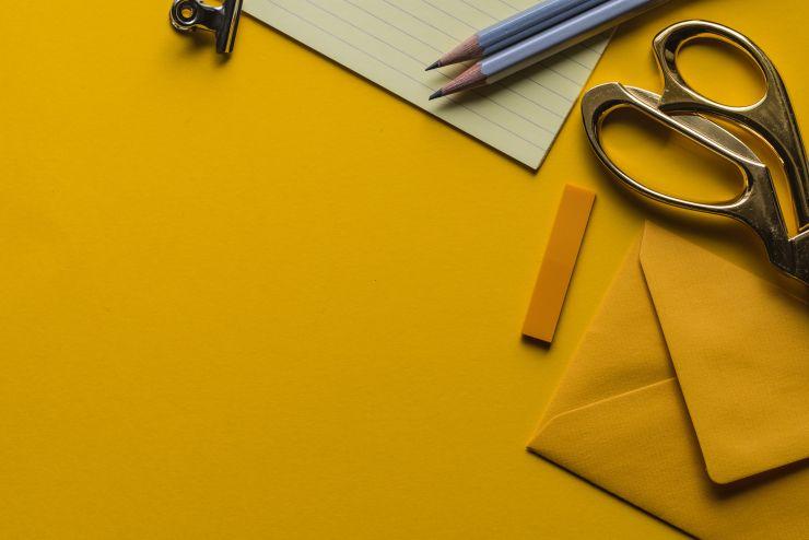 Lápis, papel e tesoura em referência à criatividade necessária a um empreendedor
