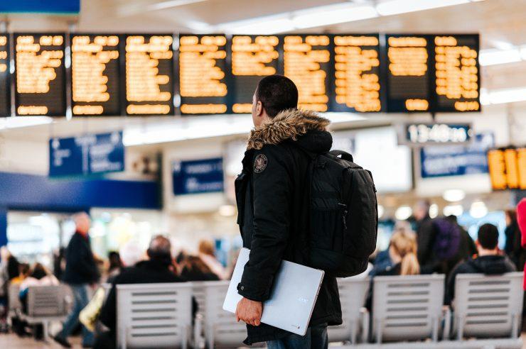 Pessoa em um aeroporto