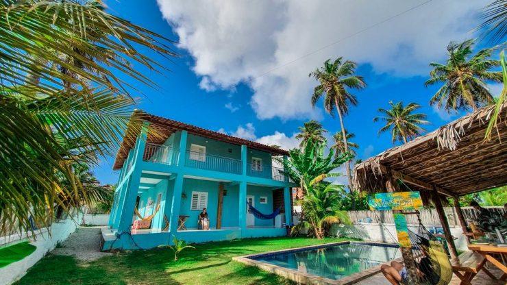 Hostel azul e coqueiros