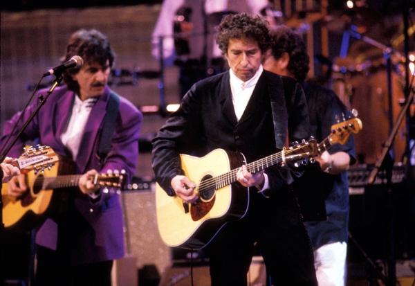 George Harrison e Bob Dylan em ação na festa que comemorou 30 anos de carreira do compositor de Like a rolling stone