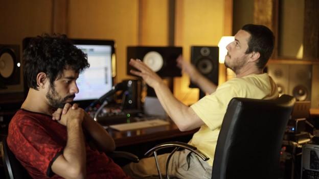 Caio Castelo e Alê Siqueira no estúdio Gargolândia, em São Paulo