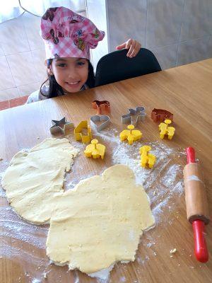 Julia, de Portugal, divide o seu tempo de estudos com brincadeiras de massinha