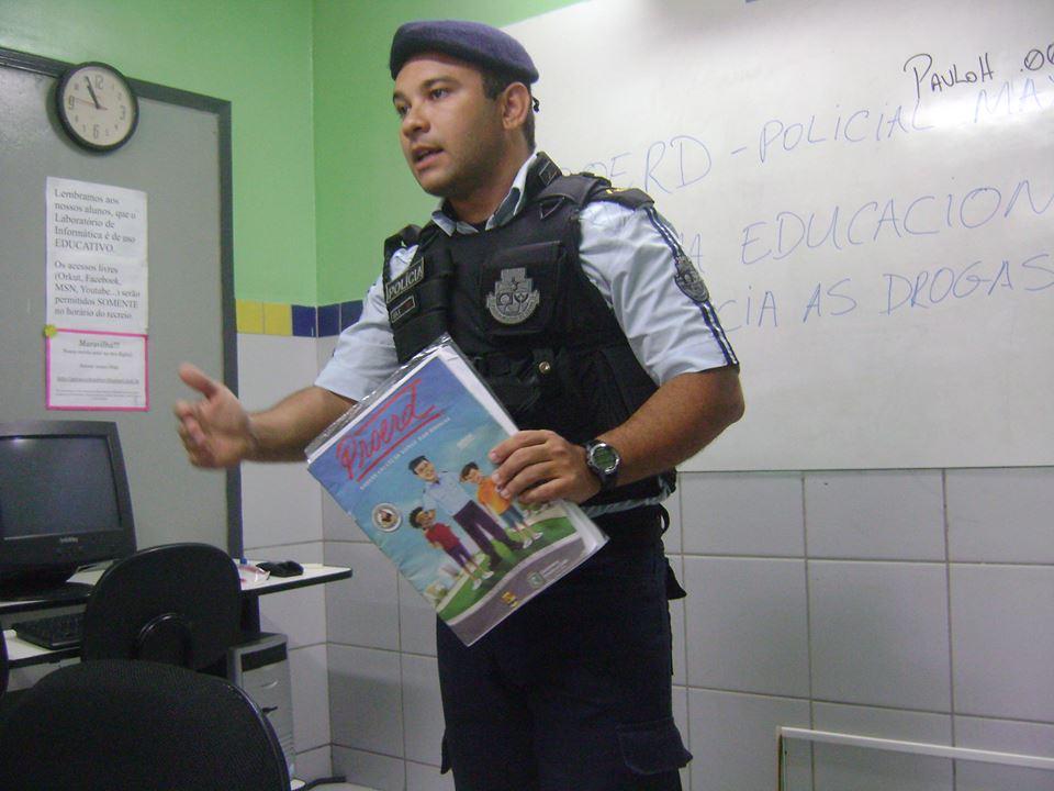 Policia Thyago Max apresentando o projeto nas escolas.