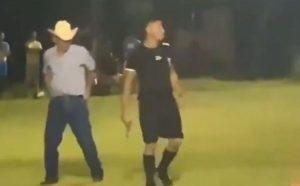 Árbitro saca pistola após jogadores e torcedores reclamarem por pênalti não marcado