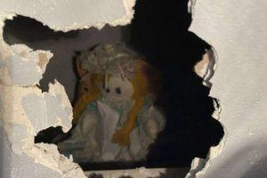 """Após comprar casa, homem encontra """"boneca assassina"""" escondida na parede na Inglaterra"""