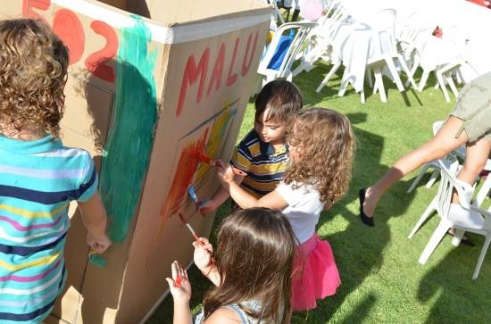 A Malu trouxe a casinha de papelão dela para as crianças pintarem, foi uma bagunça!