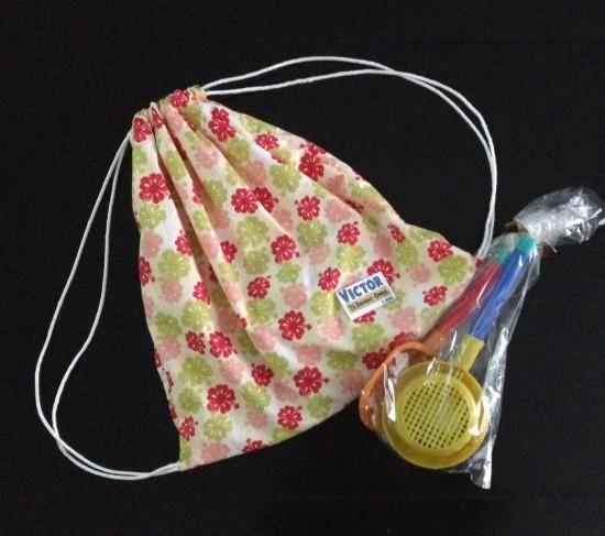 Lembrancinha: bolsinha recheada de bombons e um kit praia.