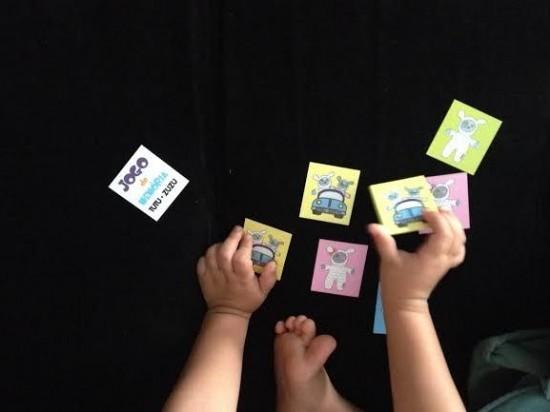 Com nossas roupinhas ganhamos um jogo da memória super fofo.
