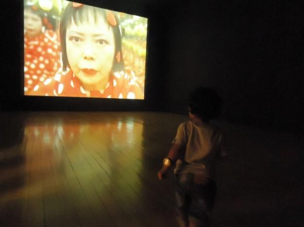 Exposição Yayoi Kusama CCBB aos 2 anos