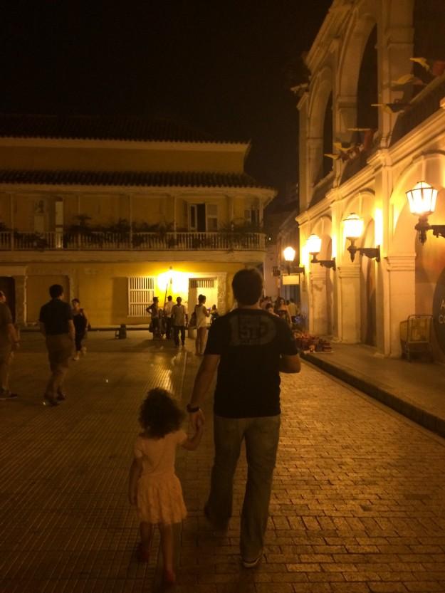 Laís e papai caminhando pela charmosa Cidade Murada de Cartagena