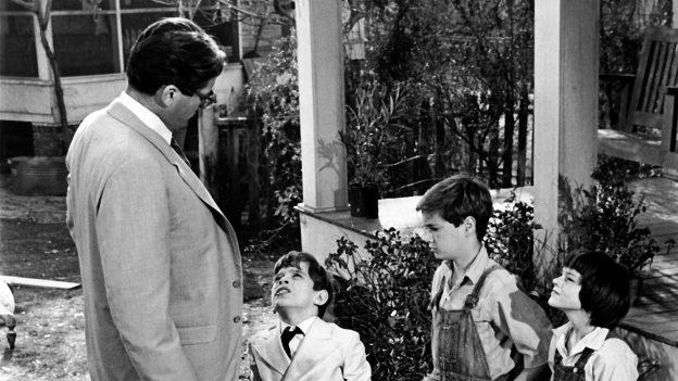 Atticus, Dill, Jem e Scout em cena do filme O Sol é Para Todos