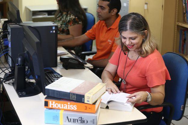 Lilian Suassuna é uma das professoras do Plantão Gramatical. Foto: Camila de Almeida