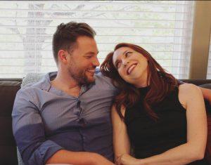 Nos perfis do Instagram, acompanhamos o romance entre James e Isabella, o irmão e a colega de trabalho de Cate