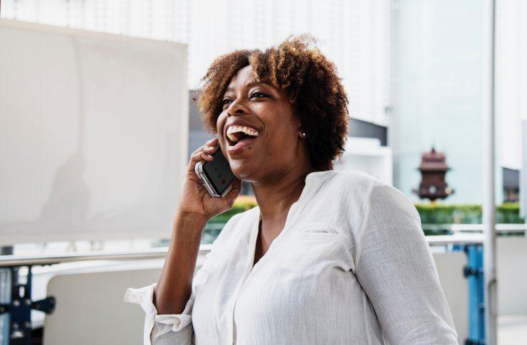 Mulher negra falando no celular; empreendedorismo feminino é incentivado por Sebrae Delas