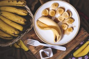 Crédito rural: na imagem, um prato branco com uma banana inteira e uma cortada em pequenas rodelas. O alimento é um dos beneficiados pela portaria do Governo