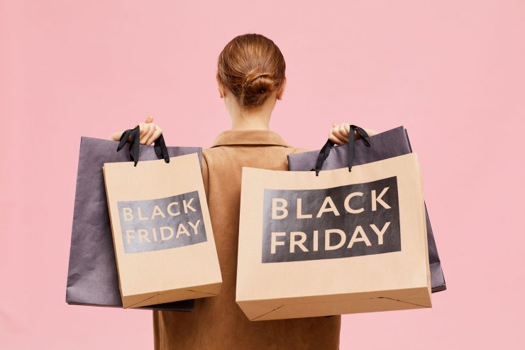 Mulher segurando sacolas da Black Friday