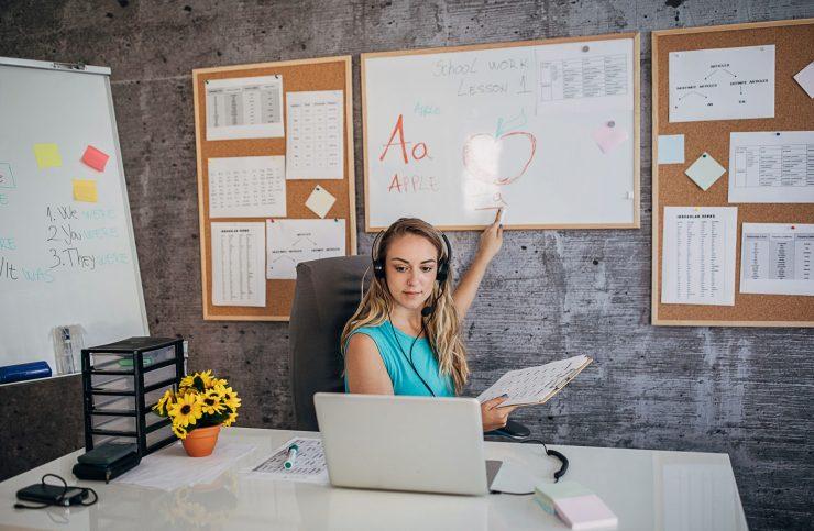 Mulher acompanhando capacitação online pelo notebook; educação empreendedora é tema de congresso do Sebrae